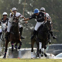 Sapo Caset outraces Lechuza Caracas players Polito Pieres and Francisco Elizalde to keep possession of the ball